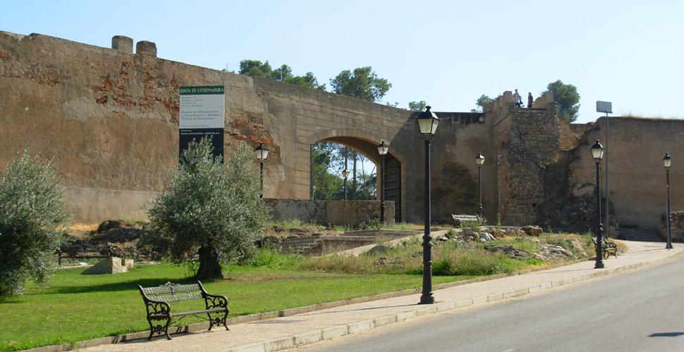 Visitas Guiadas a la Puerta de Carros de la Alcazaba Árabe de Badajoz con Antonio Carrasco, Guía Oficial de Turismo. AC Turismo